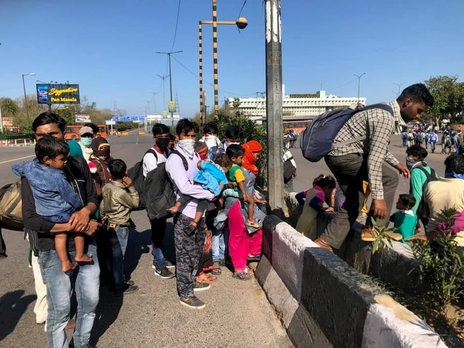 Ram Rahman, Workers near Kashmere Gate Inter-State Bus Terminal, Delhi, 28 March 2020.
