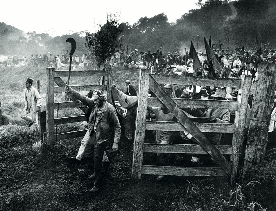 Sebastião Salgado, The struggle for land- the march of a human column