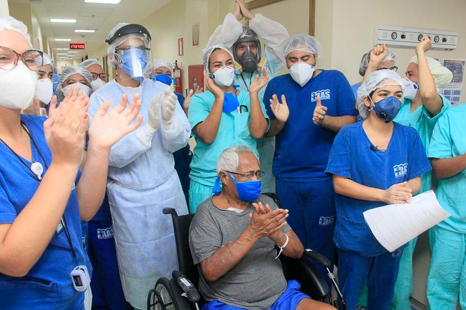 Equipe de médicos e enfermeiros comemoram alta de pacientes