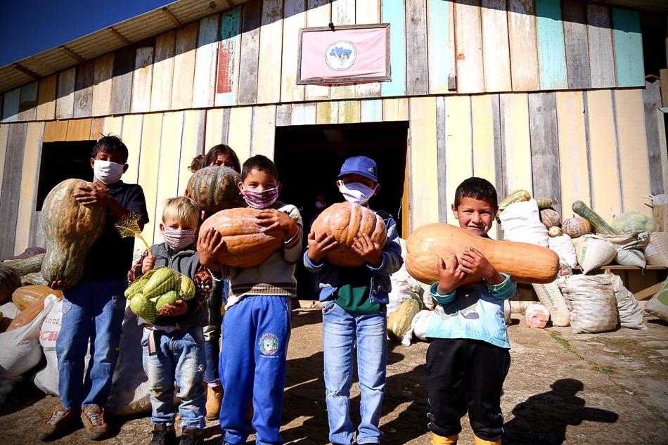 Le MST organise le don de cinquante tonnes de nourriture à l'intérieur du Paraná, Brésil, avril 2020. Wellington Lenon / MST