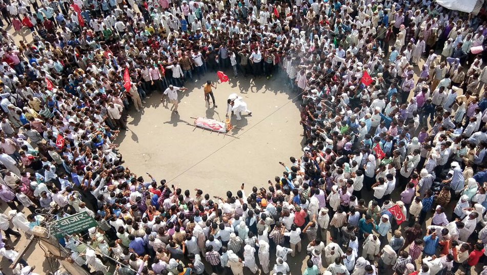 Caption: Farmers in Sikar, Rajasthan conducting a mock funeral of the BJP government of the state of Rajasthan as part of a struggle led by the All India Kisan Sabha, 3 September 2017. Credit: All India Kisan Sabha