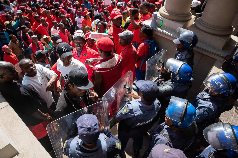 Police barricade the entrance to the City Hall during a march of thousands of members of Abahlali baseMjondolo protesting against political repression, Durban, 8 October 2018. Credit: Photograph by Madelene Cronjé / New Frame